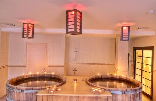 Кедровые бочки фурако в интерьере японской бани.