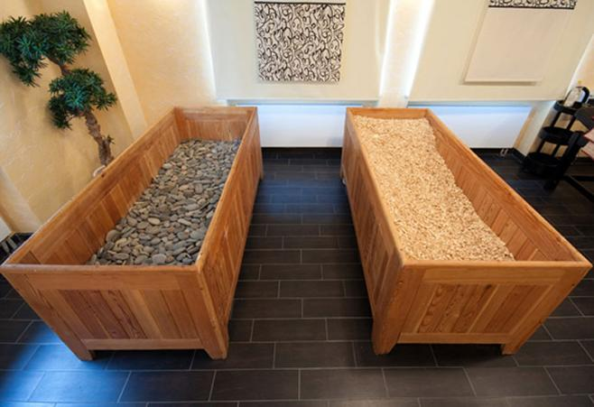 Японские бани офуро с галькой и опилками в интерьере